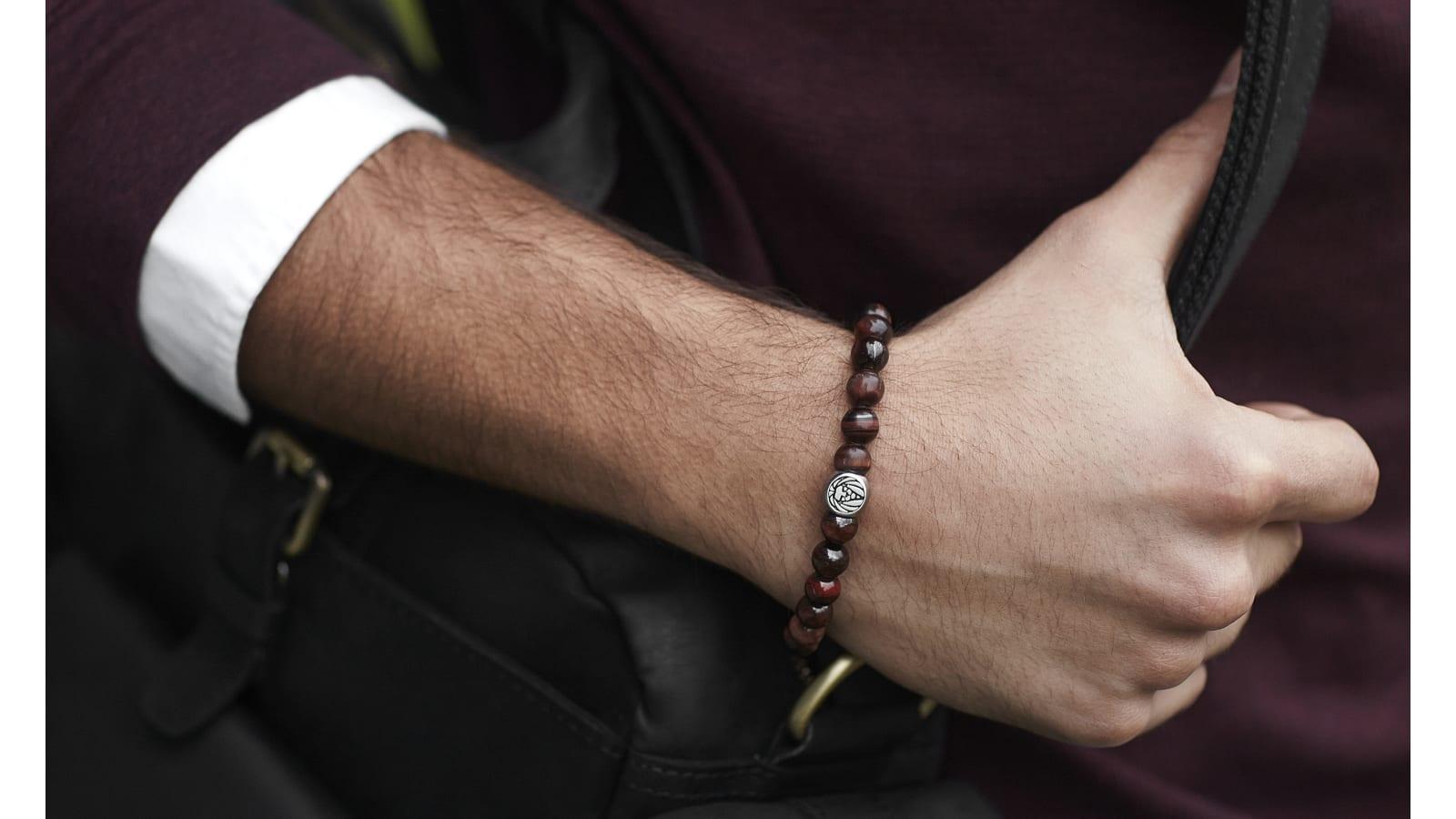 Wie Man Armbänder Trägt Ohne Es Zu übertreiben