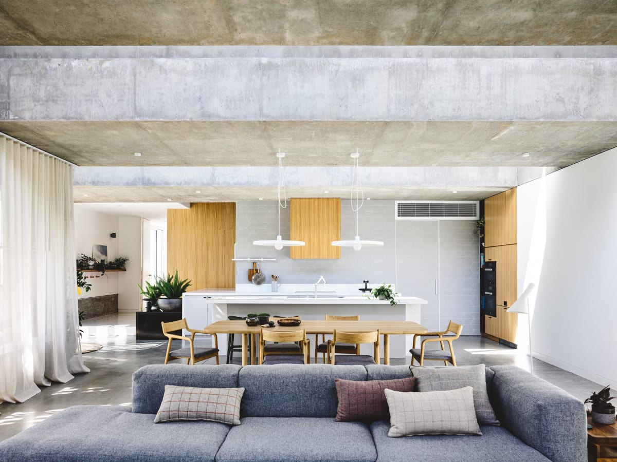 Open-plan kitchen, dining and living area in a new home by Architects EAT