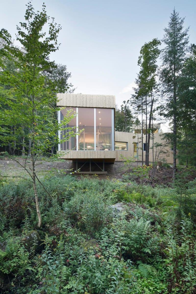 House on lakefront site by  Paul Bernier Architect