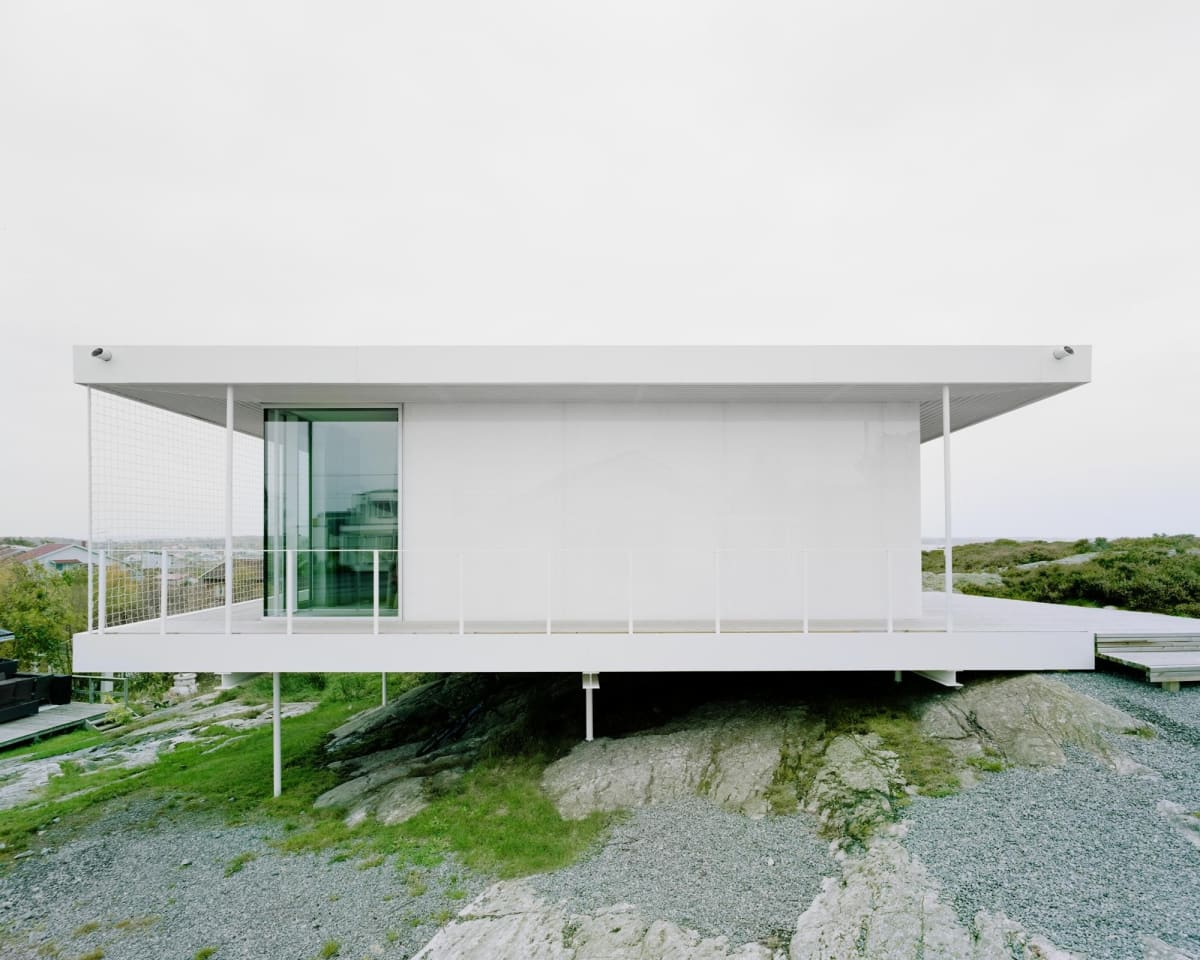 By using columns, the architects have managed to preserve the landscape around – and beneath – the home
