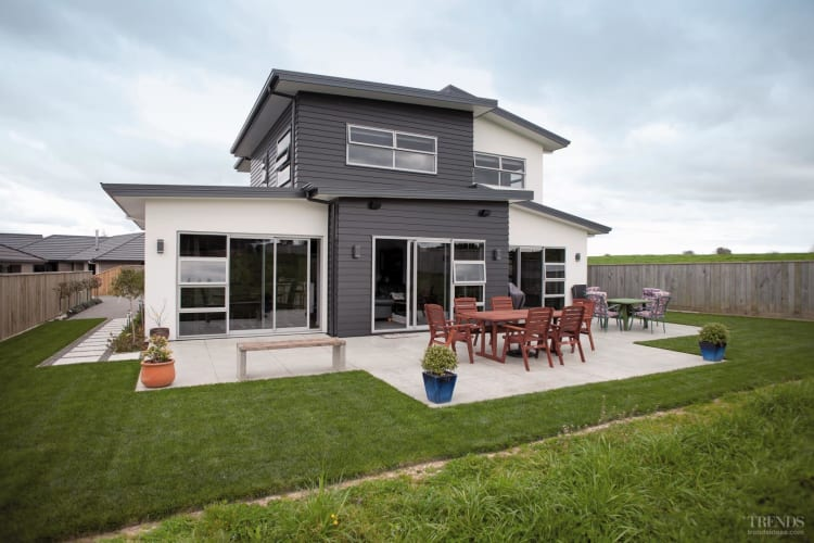 Custom home by gj gardner homes with linea weatherboards for Gardner custom homes