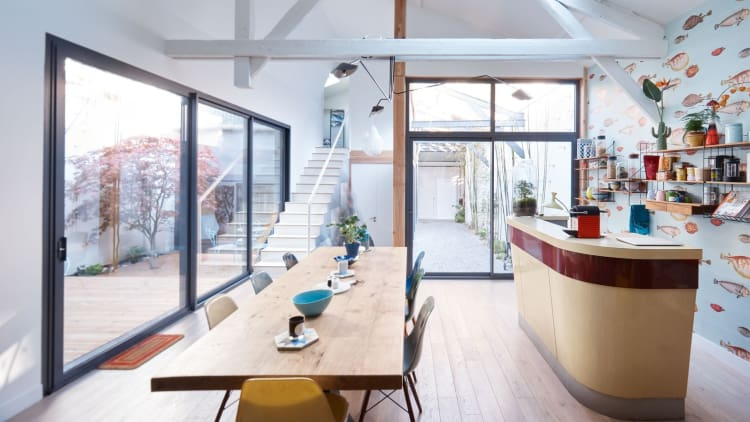 The bar and long dining table give this area a café-like feeling