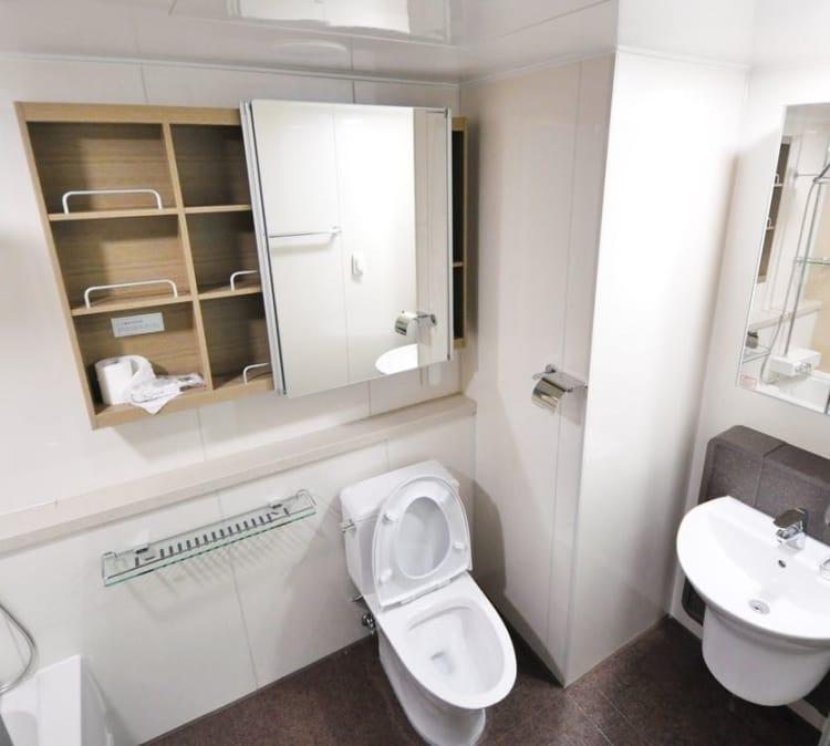 Here's how you make a small bathroom feel bigger.