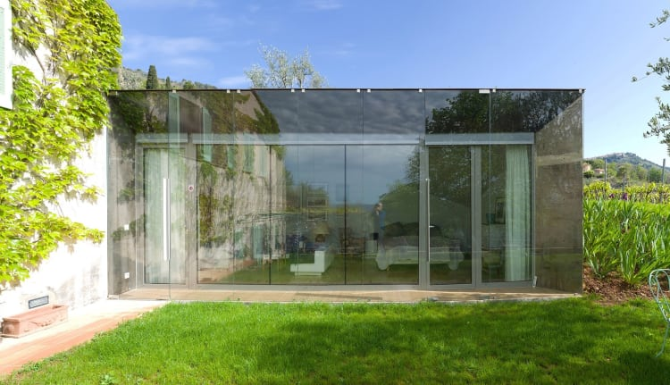 The main façade consists of a double glazed wall with 10 mm toughened glass on the outside and standard glazing walls on the inside