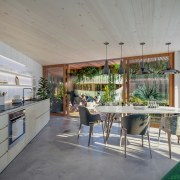 Light and natural – the kitchen-dining space of