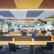 The lively acoustics-regulating ceiling simulates beach towels with