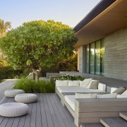Comfortable and connected – this landscape design draws brown, gray