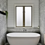 Central placement of the freestanding bath under the