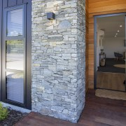 Warm welcome – schist accents and a cedar