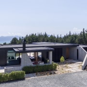 The home's slightly pinched L-shaped form, reflects axial