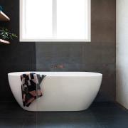 Centre of attention – the elegant freestanding tub white, black