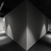 Dramatic lighting turns every corridor in the Jian angle, architecture, black, black and white, darkness, daylighting, design, interior design, light, lighting, monochrome, monochrome photography, photography, shadow, structure, symmetry, black
