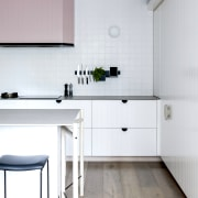 Contemporary slender benchtops were the order of the white