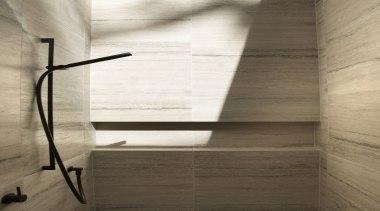 哑光黑色的卫浴洁具搭配有黑色花纹的小麦色的墙面,简洁大气。 architecture, floor, flooring, furniture, hardwood, interior design, plumbing fixture, plywood, shelf, tap, wall, wood, wood flooring, wood stain, brown, white
