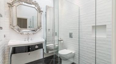 整体的黑白设计是现代简约的经典搭配,小面积的黑色避免了空间的沉闷感,砖形的墙面花纹消除了白色的单调感。 bathroom, bathroom accessory, floor, home, interior design, room, tile, white, gray