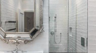 复古水造型的水龙头和梳妆镜在设计上相呼应,是整个卫生间重要的复古元素。 bathroom, floor, interior design, plumbing fixture, room, tap, tile, wall, gray