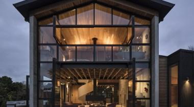 一整面玻璃门窗,傍晚夜幕下,建筑显得温暖通透。 architecture, building, facade, home, house, real estate, black