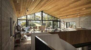 书房开阔明亮,随意摆放的物件表达出一种慵懒的气质,站在窗前,可以远眺碧海蓝天。 architecture, ceiling, house, interior design, real estate, black, brown