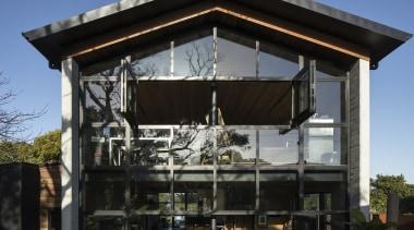 白天,阳光透过玻璃门窗给室内洒下斑驳的影子。 facade, house, roof, shed, black