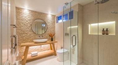淋浴空间通过玻璃隔开,实用又简单,内嵌式的置物太配上暖色的灯光,感觉很温暖。 bathroom, home, interior design, real estate, room, brown, gray
