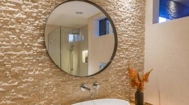 圆盆造型的洗脸池,和梳妆镜相呼应,视觉上也没有笨重感。 bathroom, ceiling, floor, home, interior design, room, sink, wall, gray, orange