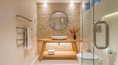 浴室内的物件及其精简,小空间也有了通透的感觉。 bathroom, interior design, plumbing fixture, room, gray, orange