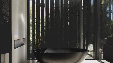 哑光黑色的卫浴洁具搭配有黑色花纹的小麦色的墙面,简洁大气。 architecture, bathroom, interior design, black