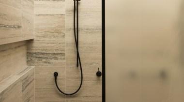 哑光黑色的卫浴洁具搭配有黑色花纹的小麦色的墙面,简洁大气。 floor, plumbing fixture, orange, brown