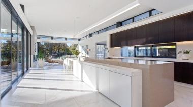 开放式厨房空间宽敞,黑色的橱柜和卡其色的岛台,显得稳重又高级。 architecture, estate, house, interior design, property, real estate, gray