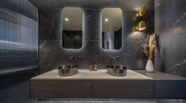 The design of this crisp and clean-lined ensuite