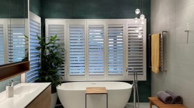 A large 1980s ensuite in desperate need of