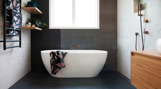 Centre of attention – the elegant freestanding tub white, black