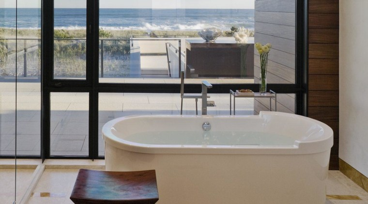 The master bathroom – soaking in the scenery
