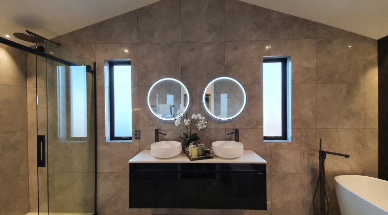 Smart and symmetric – the bathroom achieves a