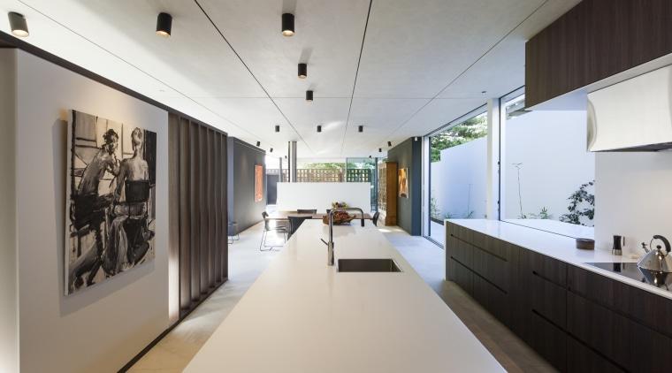 橱柜的隐形拉手简洁干练,环绕式的台面让整个线条十分流畅。 architecture, exhibition, interior design, gray
