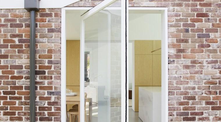 A large pivot glass door next to this pivot glass door, door, facade, kitchen extention, Studio Prineas
