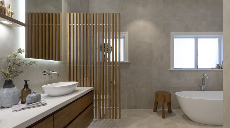 A slatted dividing wall brings privacy for the gray