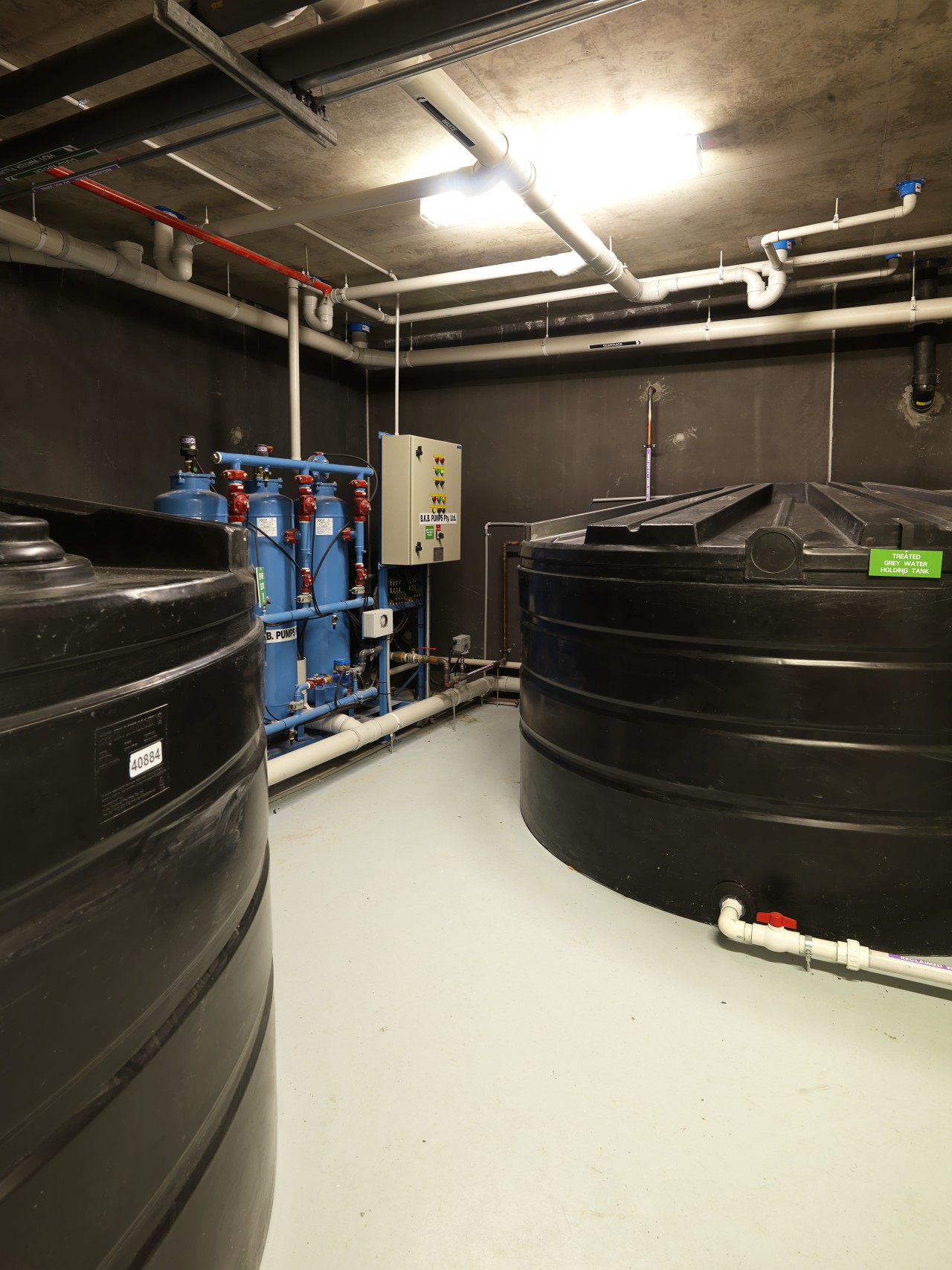 An energy-efficient air conditioning system works by distributing black