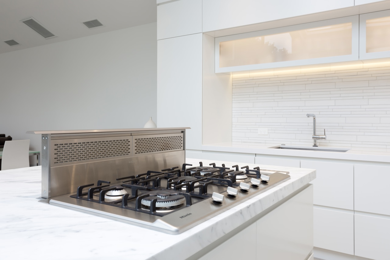 A discreet, pop-up Wolf downdraft extractor allows this countertop, interior design, kitchen, product design, white, gray