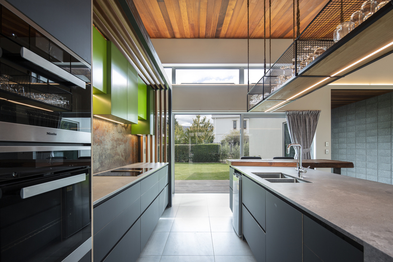 To give the kitchen dimension, the backwall was