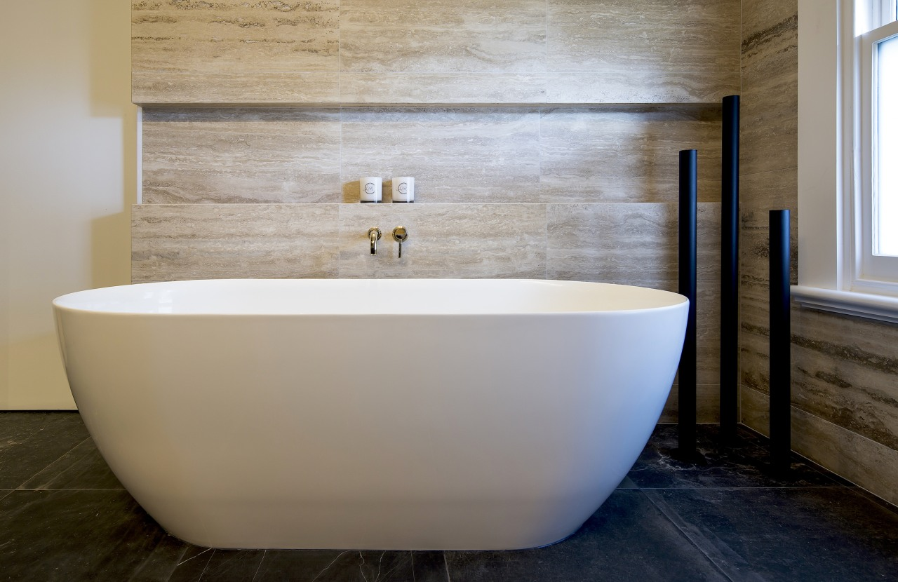The positioning of the freestanding bath near the
