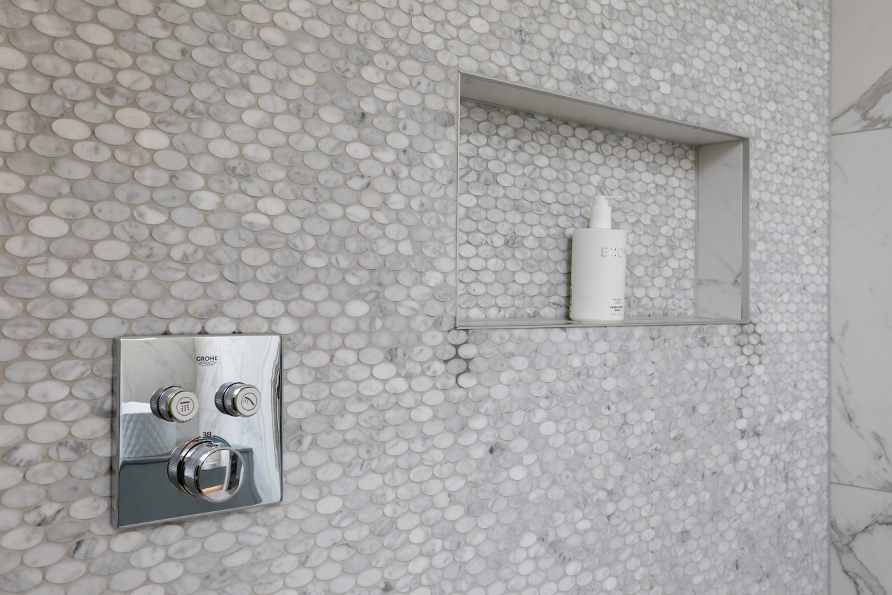 For this luxurious master ensuite, wide tiled niche