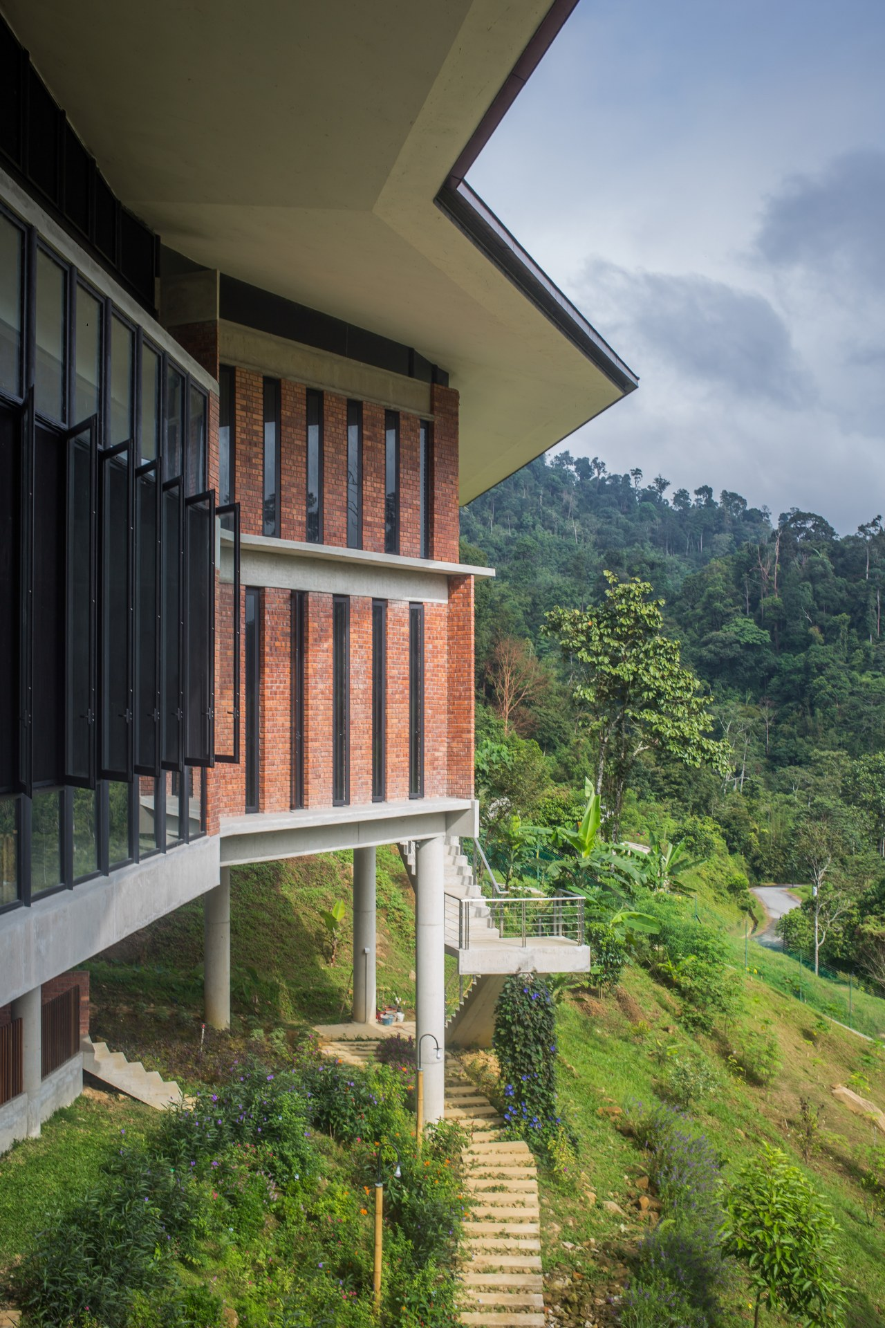 Apart from using natural raw materials as much architecture, balcony, building, facade, forest, green, hill station, home, house, landscape, property, real estate, residential area, sky, tree, vegetation, window, brown