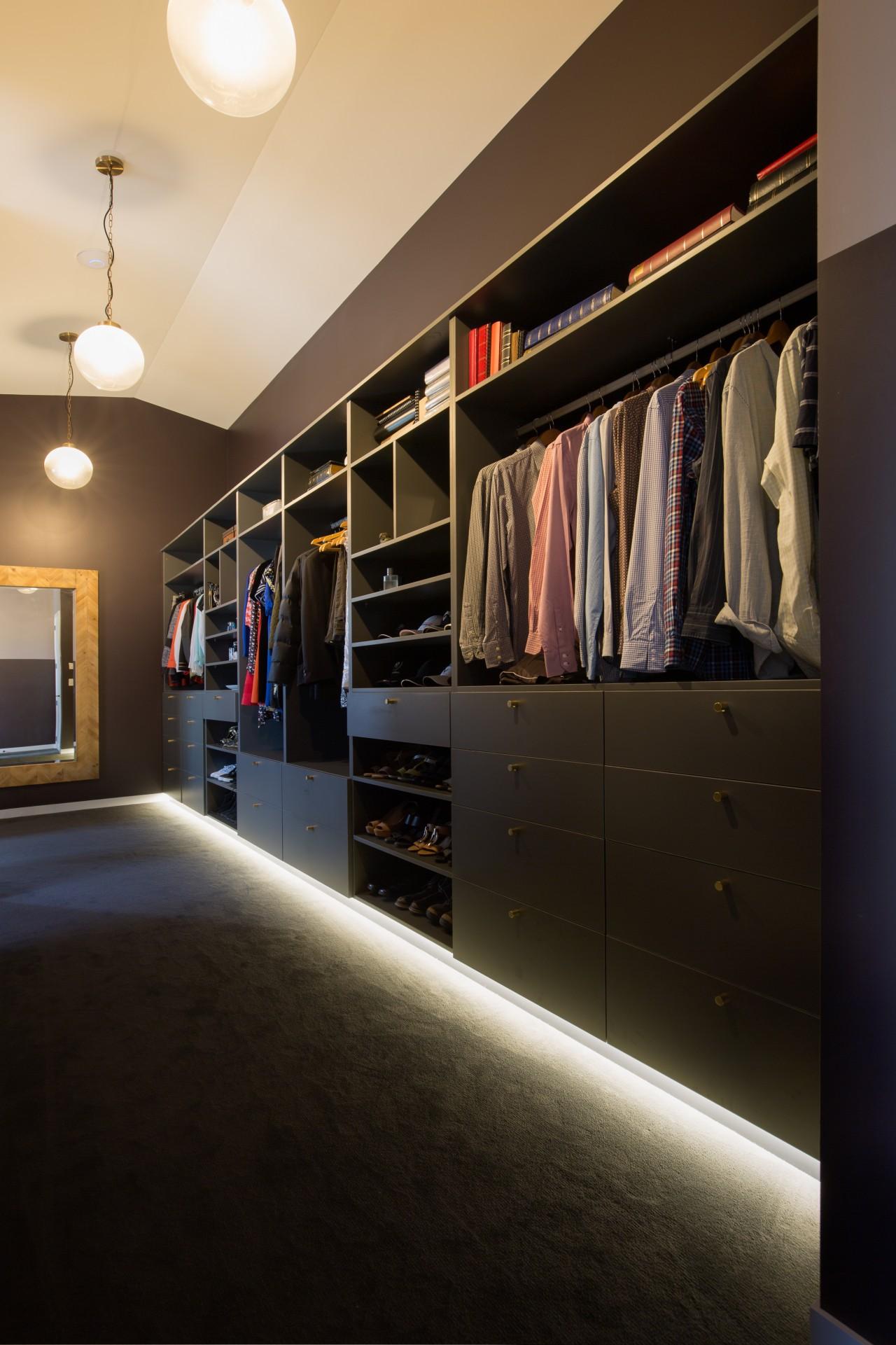 步入式衣帽间空间布局讲究,置物架、橱柜、衣架的位置都十分合理。 closet, furniture, interior design, room, shelving, wall, wardrobe, black