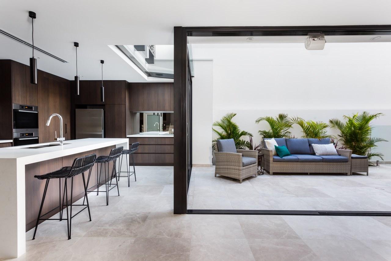 Breaking down the boundaries between inside and floor, interior design, living room, white, gray