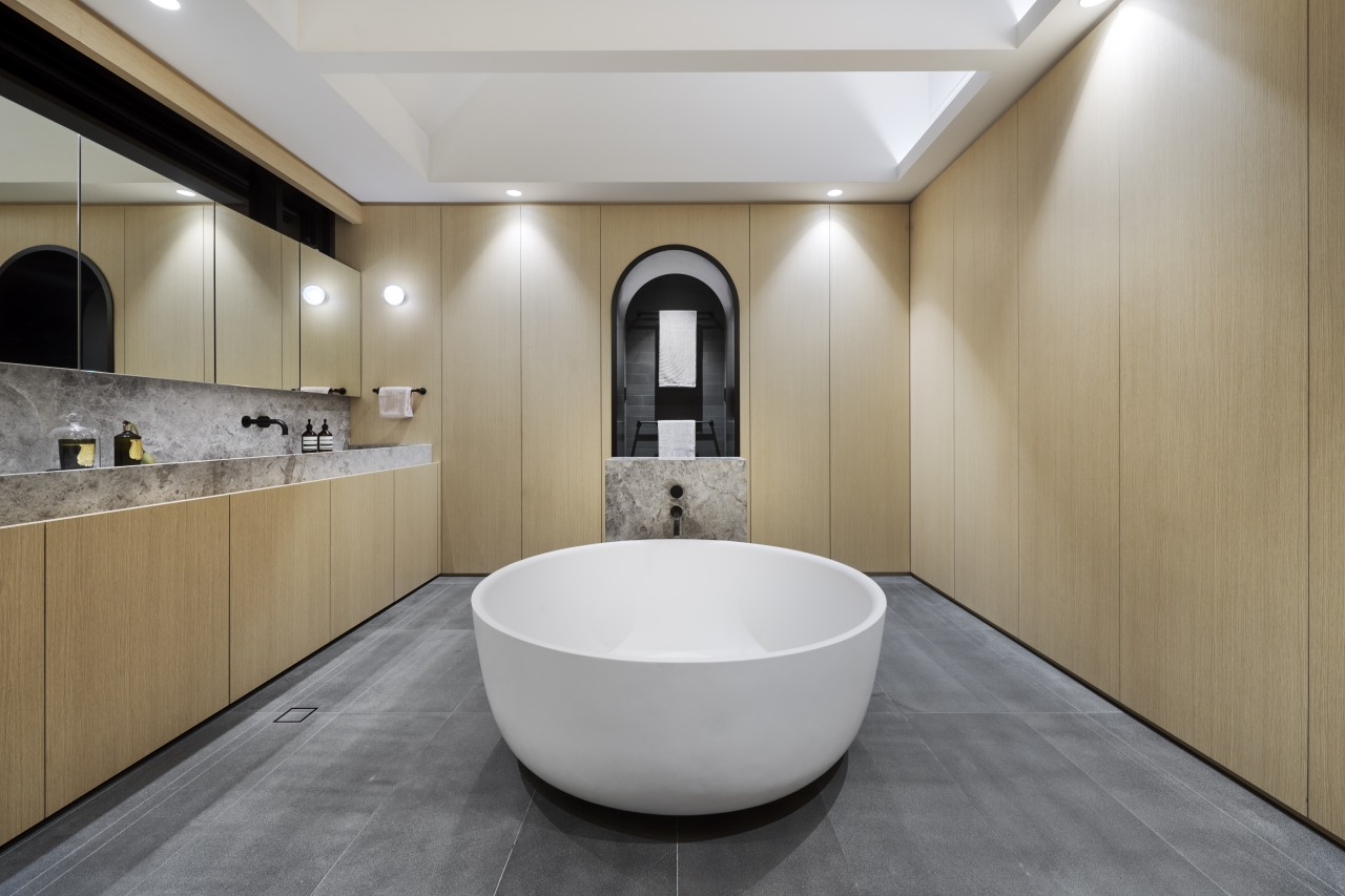 Simple and symmetrical – this master ensuite has
