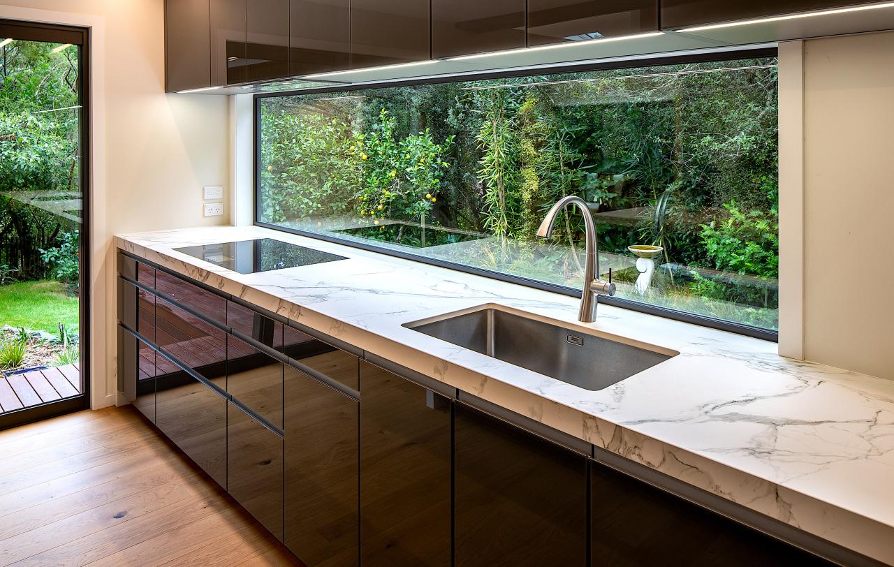 This panoramic window becomes a panoramic splashback in
