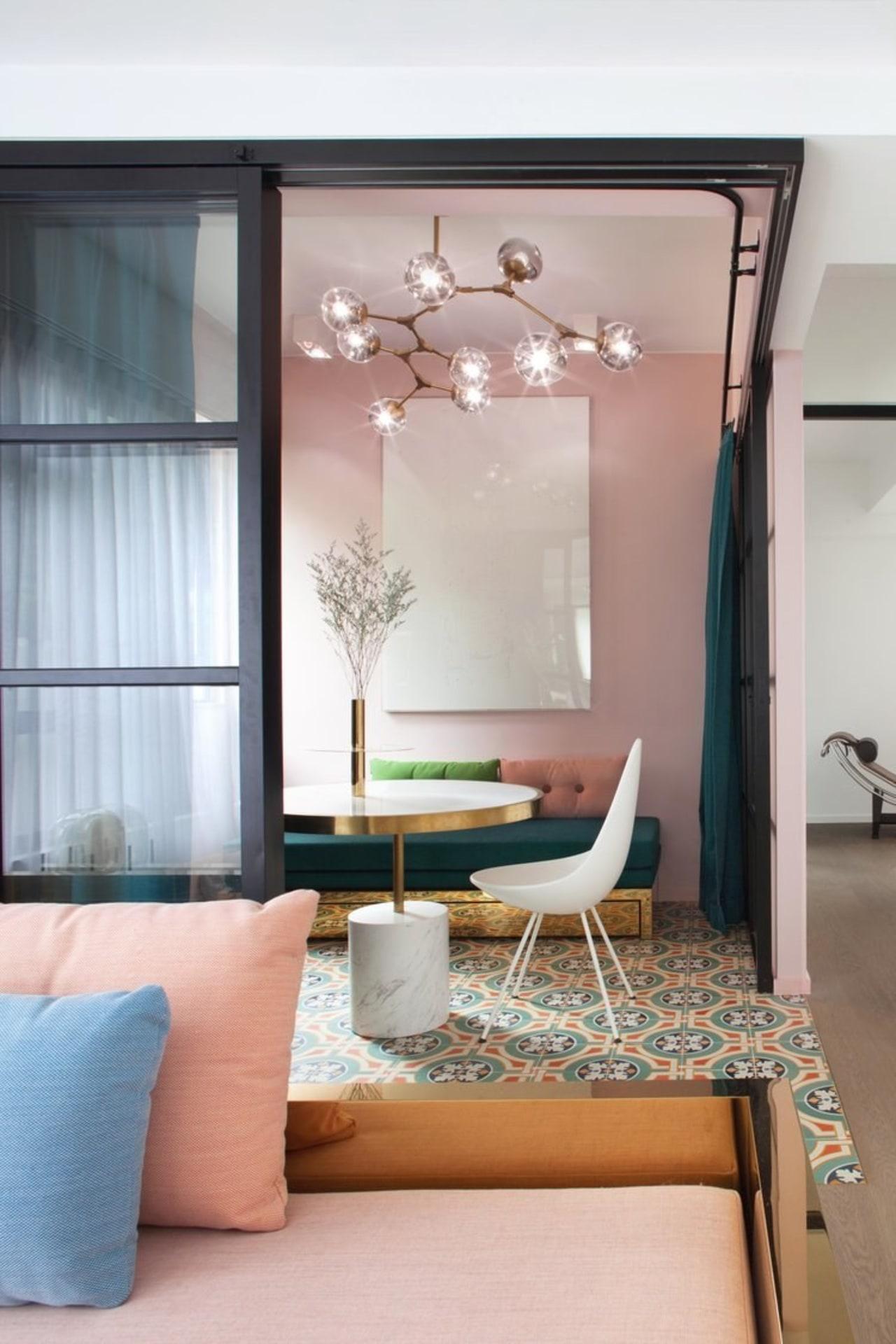 这间书房巧用腮红粉和婴儿蓝的搭配,营造出一种甜美愉悦的氛围。 ceiling, floor, furniture, home, interior design, living room, room, table, wall, window, gray