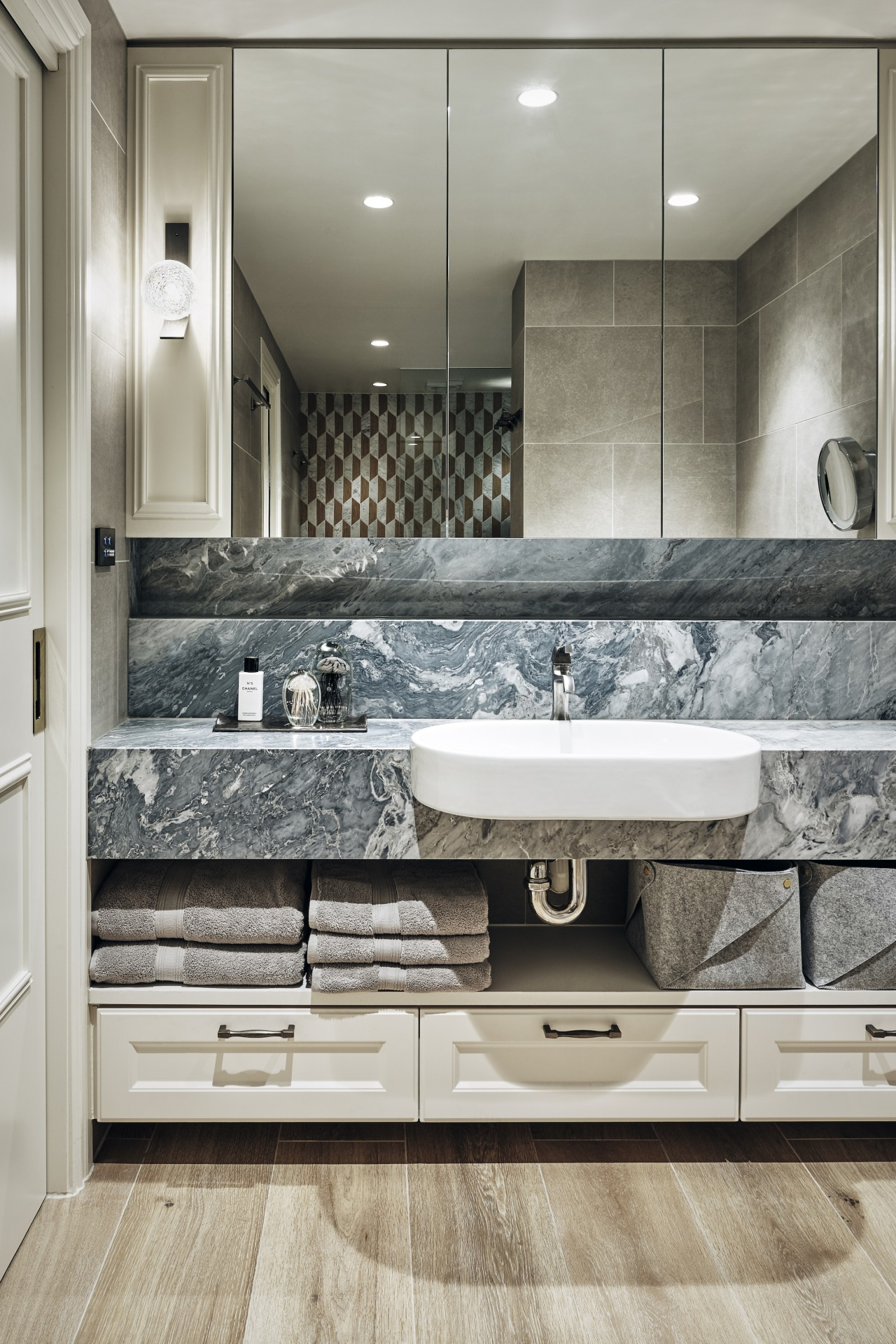 Natural materials, texture, and pattern give the bathroom