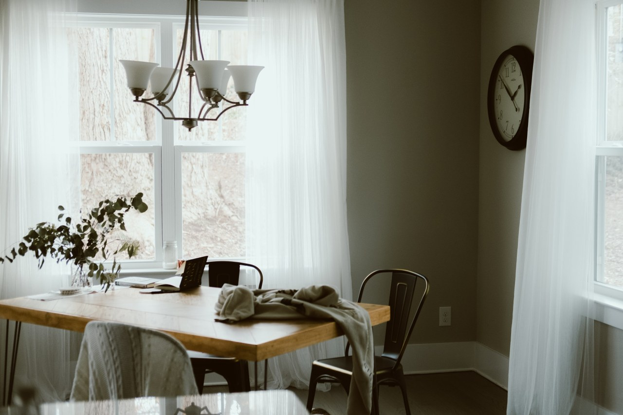 From work desk to cleared desk to dining